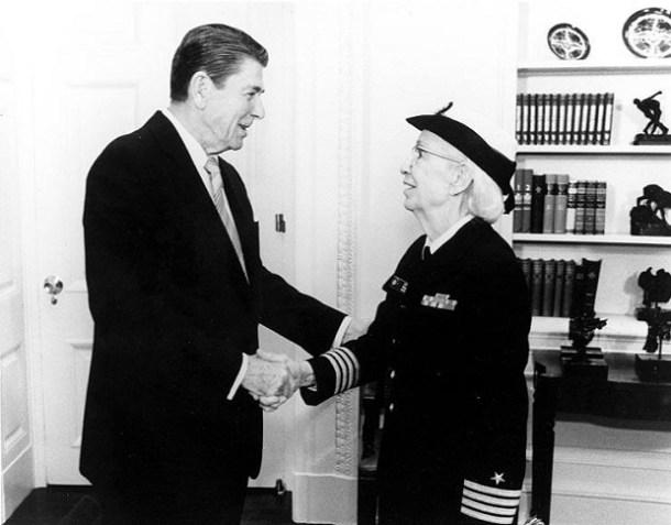 Grace Hopper y Ronald Reagan