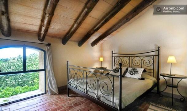 Imagen del interior de una habitación abuhardillada