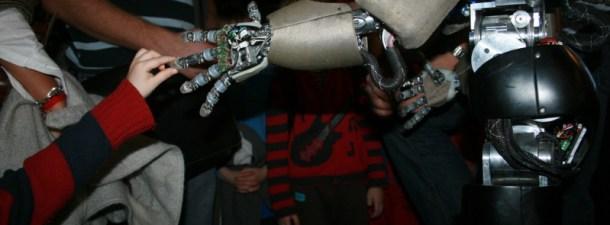 Dotan de sentido del tacto a un brazo robótico