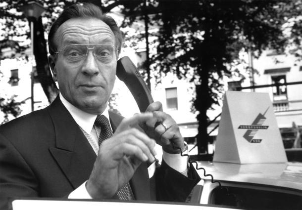 19910701 HELSINKI: Harri Holkeri avaa GSM-linjan ja puhuu Suomen ensimmäisen GSM-puhelun. LEHTIKUVA / SARI GUSTAFSSON