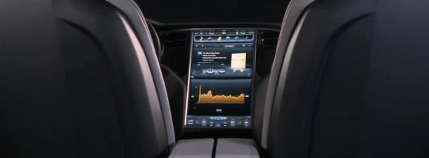 ¿Una pantalla táctil de 17 pulgadas en tu coche? Sirve, y mucho