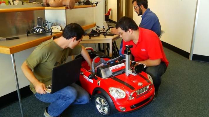 Crean un coche autónomo que se controla con un smartphone