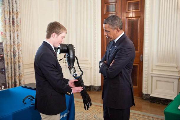 LaChapelle presentando a Obama su prótesis robótica