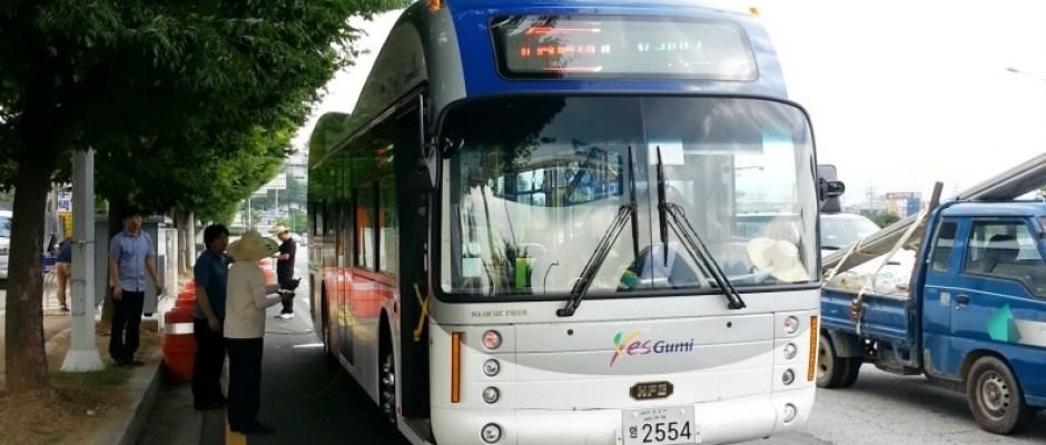 Corea del Sur muestra un autobús eléctrico que se recarga circulando