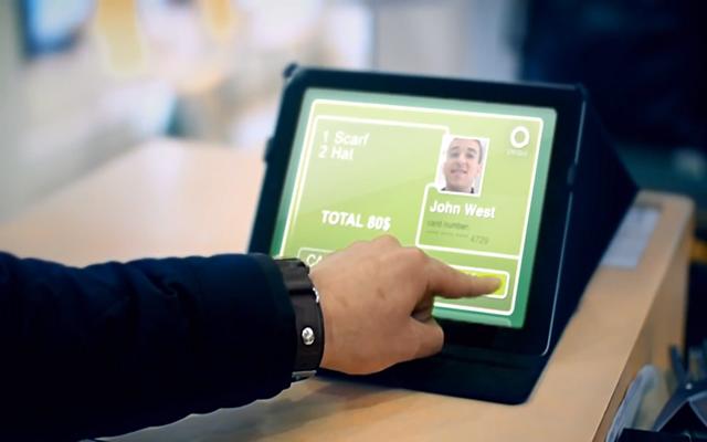 Imagen de un usuario realizando un pago con reconocimiento facial