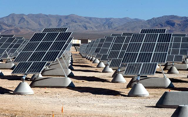 Imagen de un campo de paneles solares