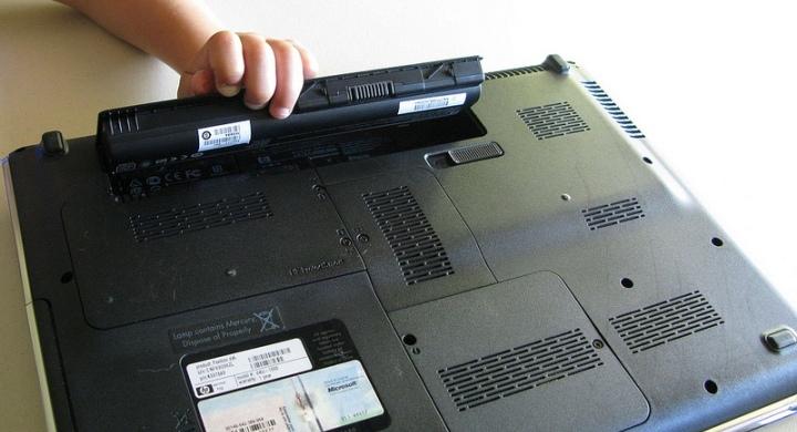 ¿Es aconsejable desconectar el cargador de batería del portátil?