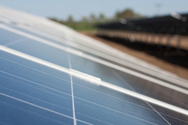 motores Tesla con energía solar