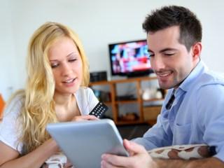 Pareja con televisión y tablet
