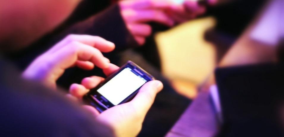 ¿Por qué está prohibido usar teléfonos móviles en una gasolinera?