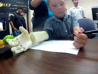 brazo biónico con una impresora 3D