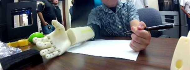 Universitarios construyen un brazo biónico a un niño