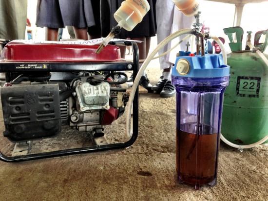 Niñas africanas crean un generador de electricidad que funciona con orina