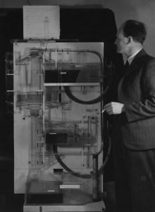 El economista Bill Phillips al lado de su creación, el MONIAC (Foto: British Library of Political and Economic Science)