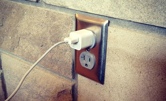 ¿Gasta energía el cargador conectado a la corriente aunque no esté cargando nada?