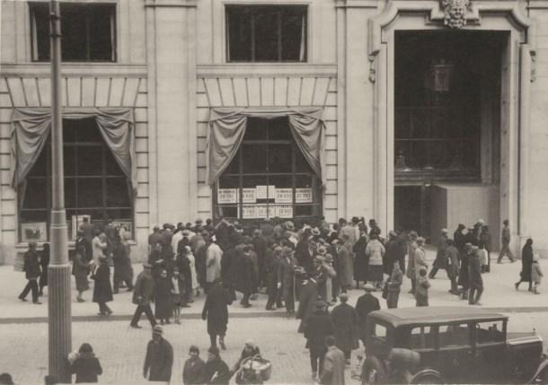 """Gran Vía, 22 de diciembre de 1930. Fuente: Archivo histórico fotográfico de Telefónica. El """"Gordo"""" por teléfono"""