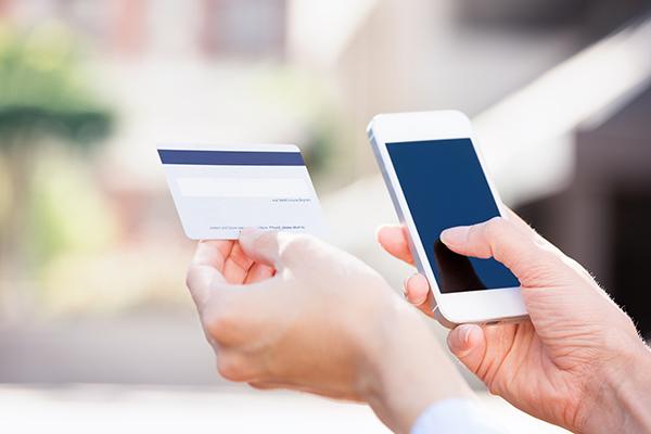 La otra batalla de plataformas y fabricantes: los pagos móviles