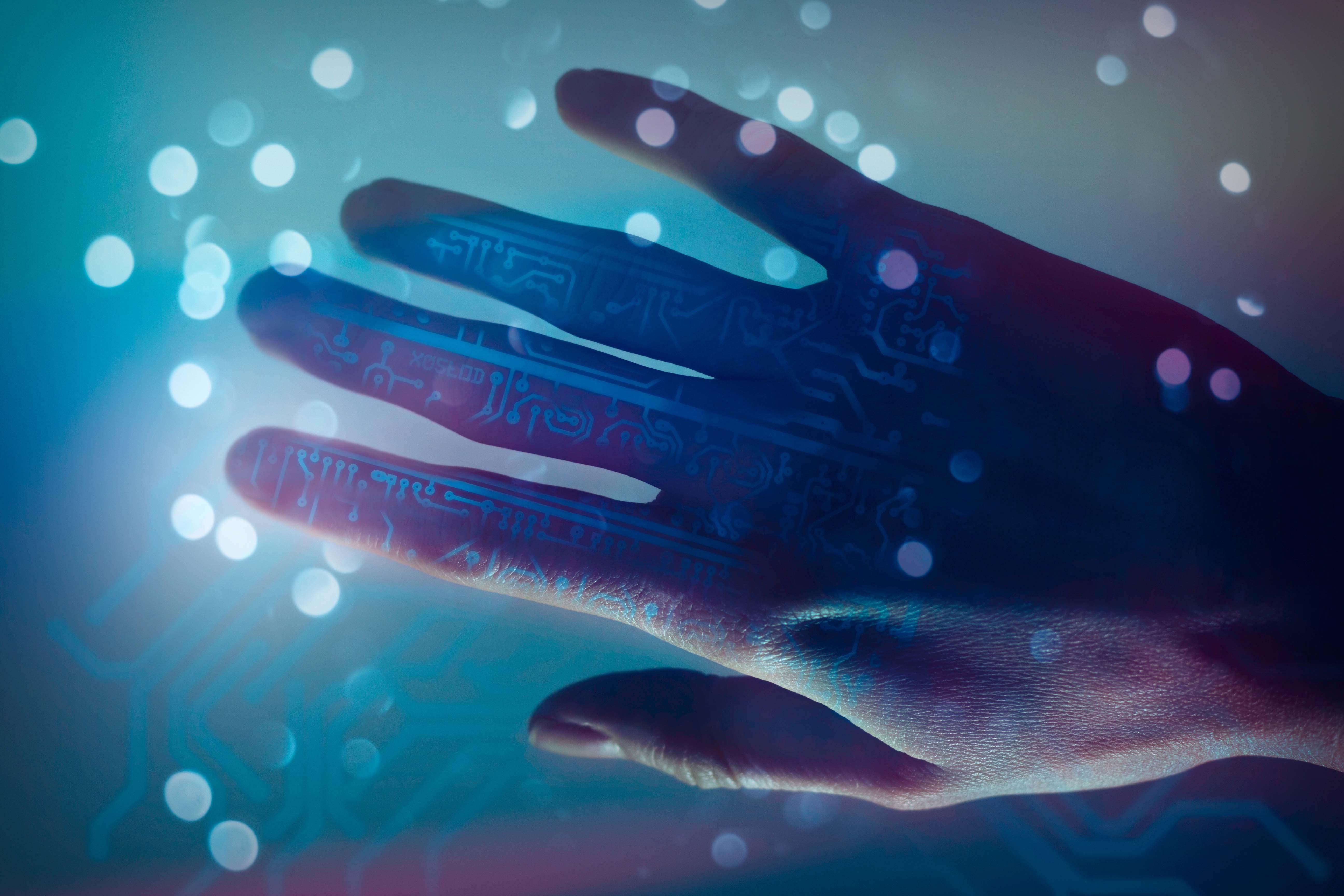El milagro DARPA: una mano protésica conectada al cerebro que logra transmitir sensaciones