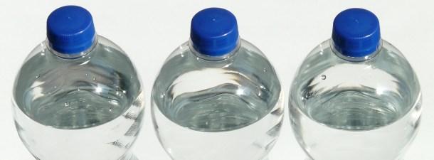Botella de agua reciclable para servir tras su uso como elemento de construcción