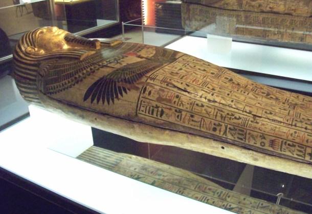 """SARCÓFAGO EGIPCIO, en el Museo Arqueológico Nacional de España, en Madrid. Madera policromada. Procede de la Necrópolis de Saqqara y está datado entre 664 y 525 a.C. (Dinastía XXVI, Periodo Tardío). Fue comprado por el museo a Francisco Lameyer en 1873. De acuerdo a las inscripciones, perteneció a una mujer llamada Taremetchenbastet (Ta-re(m)et-n-Bastet, que significa """"la mujer de Bastet""""), hija de Ptahirdis. En la parte superior figura el capítulo 72 del Libro de los Muertos, y en la inferior los capítulos 640-643 a de los Textos de las Pirámides. Altura: 190 cm. Anchura: 60 cm. ----- ANCIENT EGYPTIAN SARCOPHAGUS, at the National Archaeological Museum of Spain, in Madrid. Polychromatic wood carving. It comes from the Necropolis of Saqqara and is dated between 664 and 525 BC (26th Dynasty, Late Period). It was bought in 1873 by the museum from F.rancisco Lameyer. According to the inscriptions, it belonged to a woman named Taremetchenbastet (Ta-re(m)et-n-Bastet, which means """"the woman of Bastet""""), daughter of Ptahirdis. At the upper side is written the chapter 72 of the Book of the Dead. At the lower side, chapters 640-643 of the Pyramid Texts. Height: 190 cm. Width: 60 cm."""