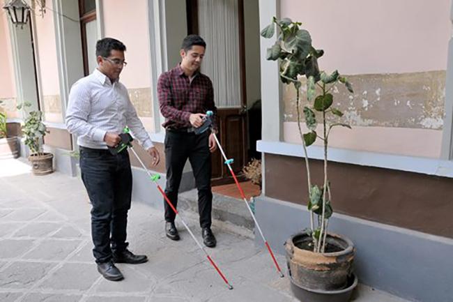 Un grupo de estudiantes mexicanos ha creado un bastón inteligente para ciegos