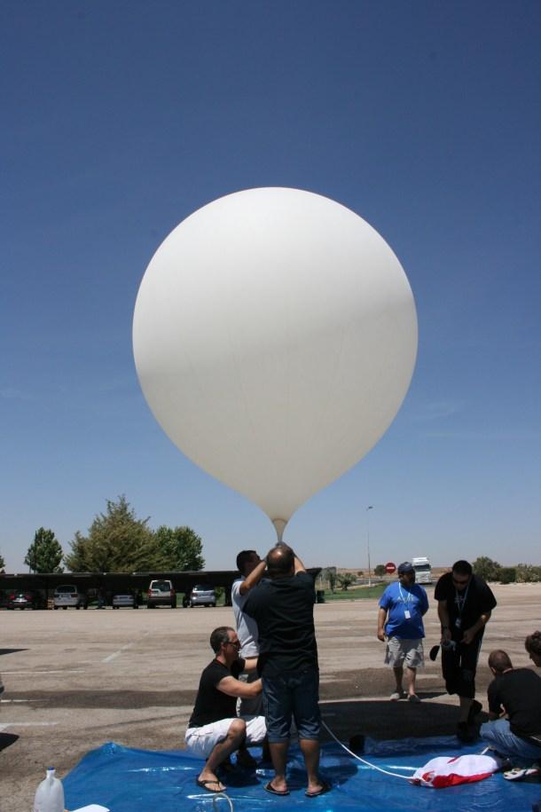Los responsables de http://www.proyectodaedalus.com/ preparando el globo