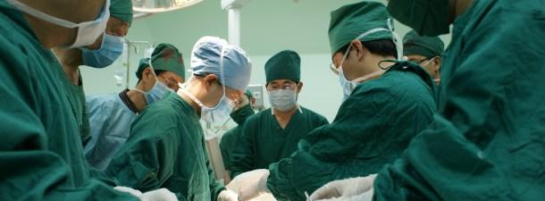 Implantan por primera vez vértebras impresas en 3D