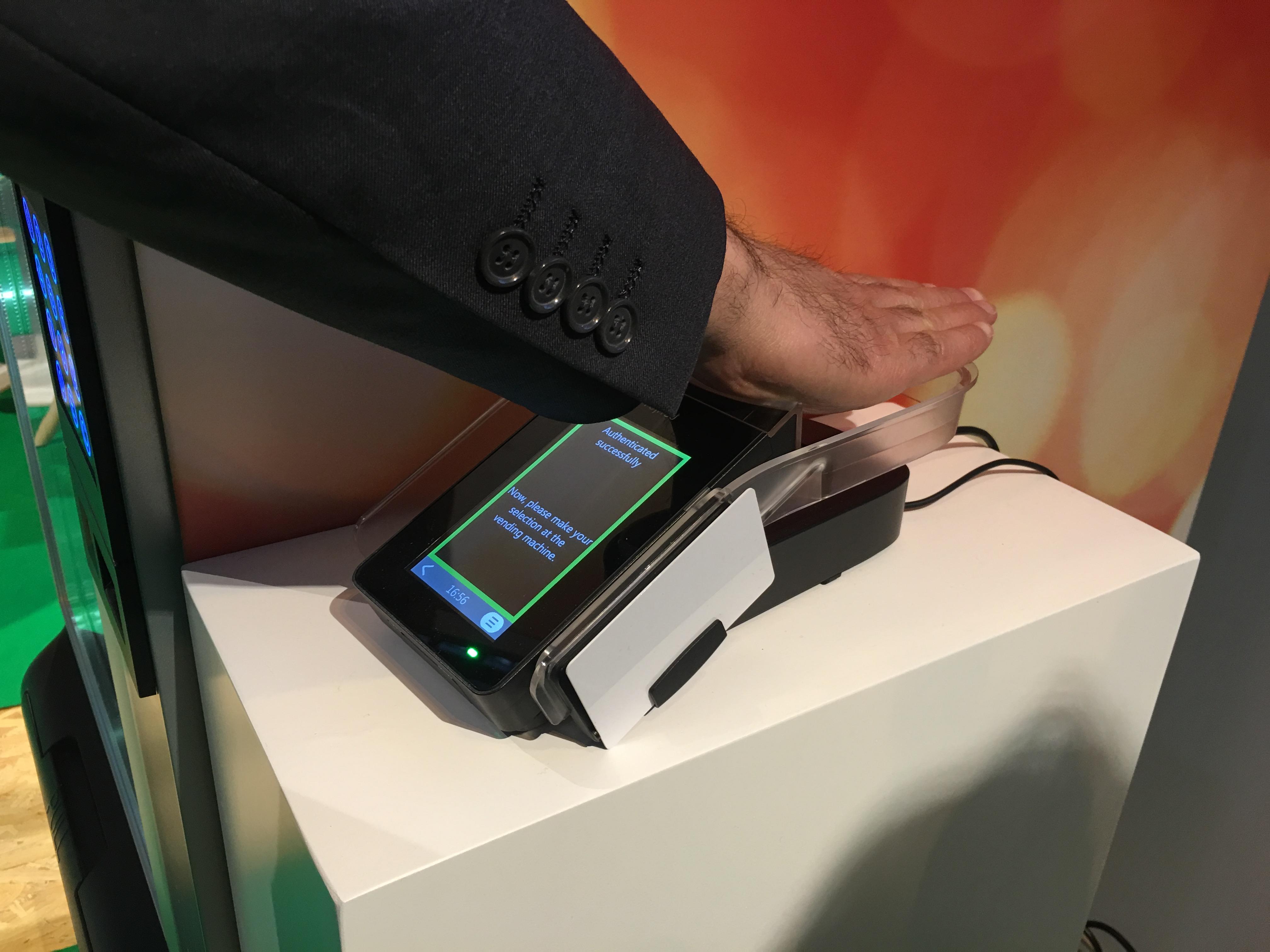 La experiencia de pagar mediante la identificación de las venas de la palma de la mano