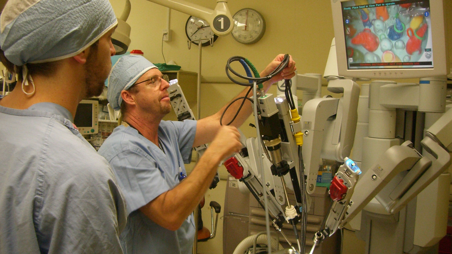 Por primera vez un robot opera mejor que un equipo de cirujanos