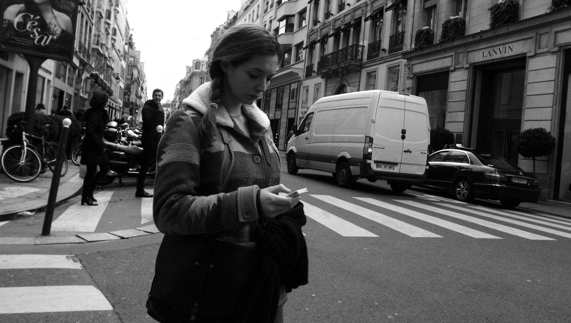 ¿No levantas la cabeza del móvil? Esta ciudad ha puesto semáforos en el suelo para ti