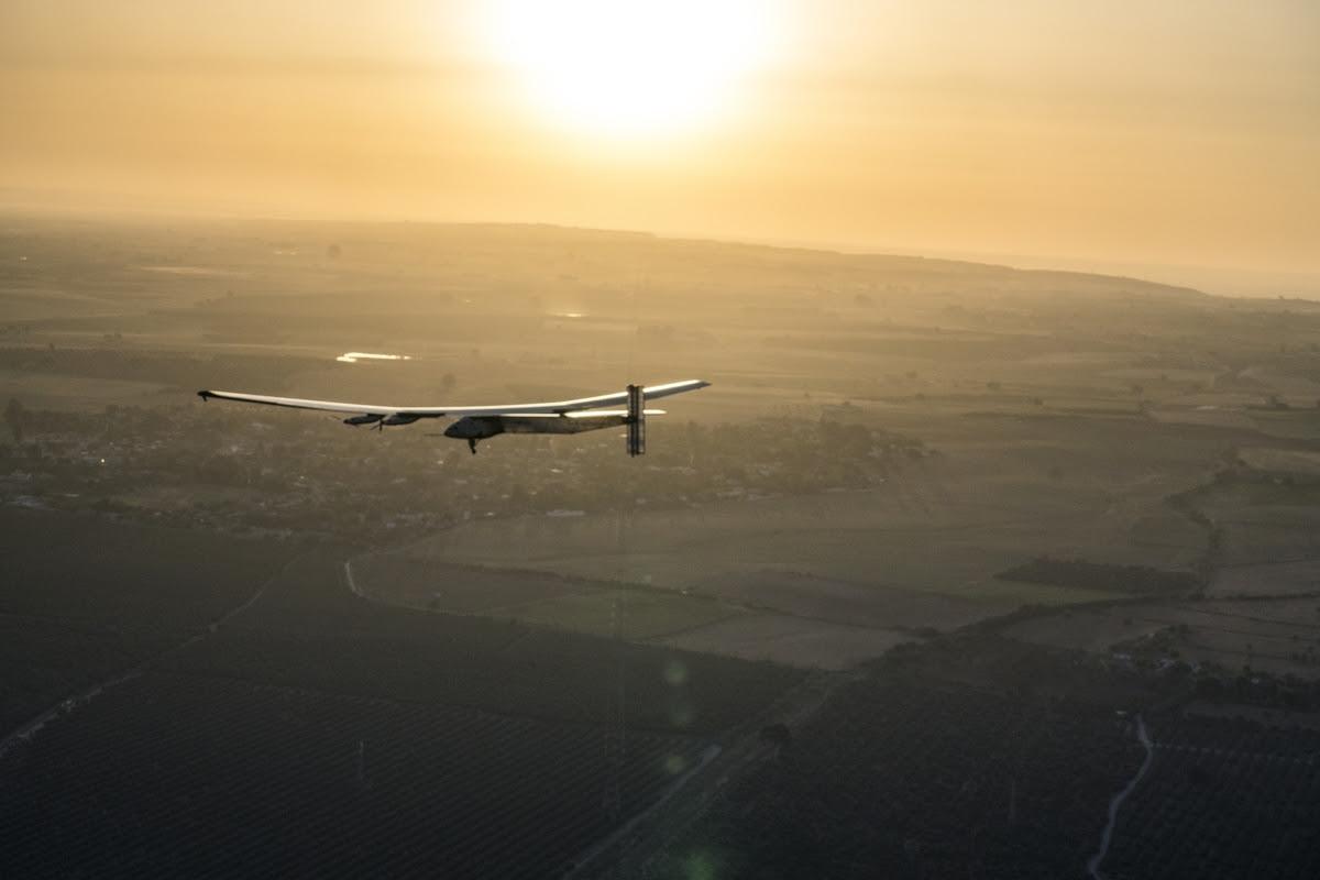 Solar Impulse 2 hace historia en el primer vuelo transoceánico sin emisiones