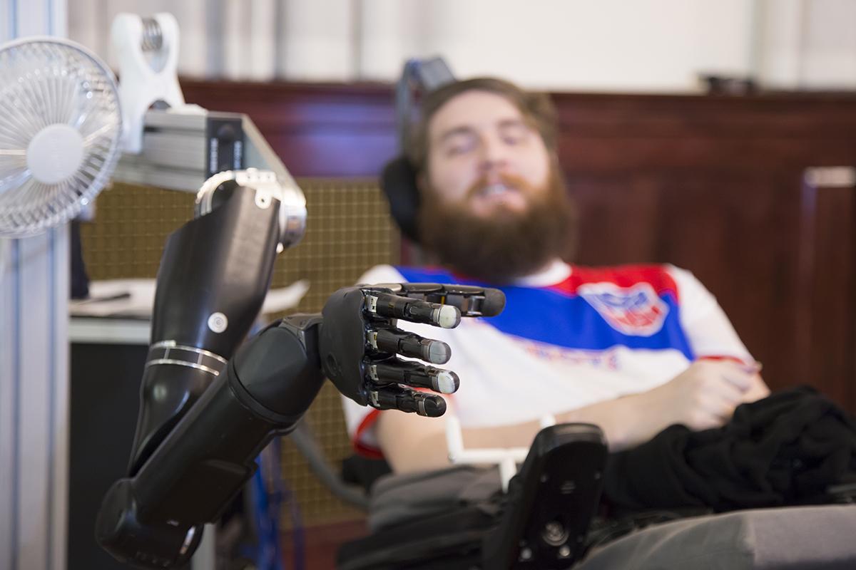 Un hombre parapléjico recupera el sentido del tacto gracias a implantes cerebrales