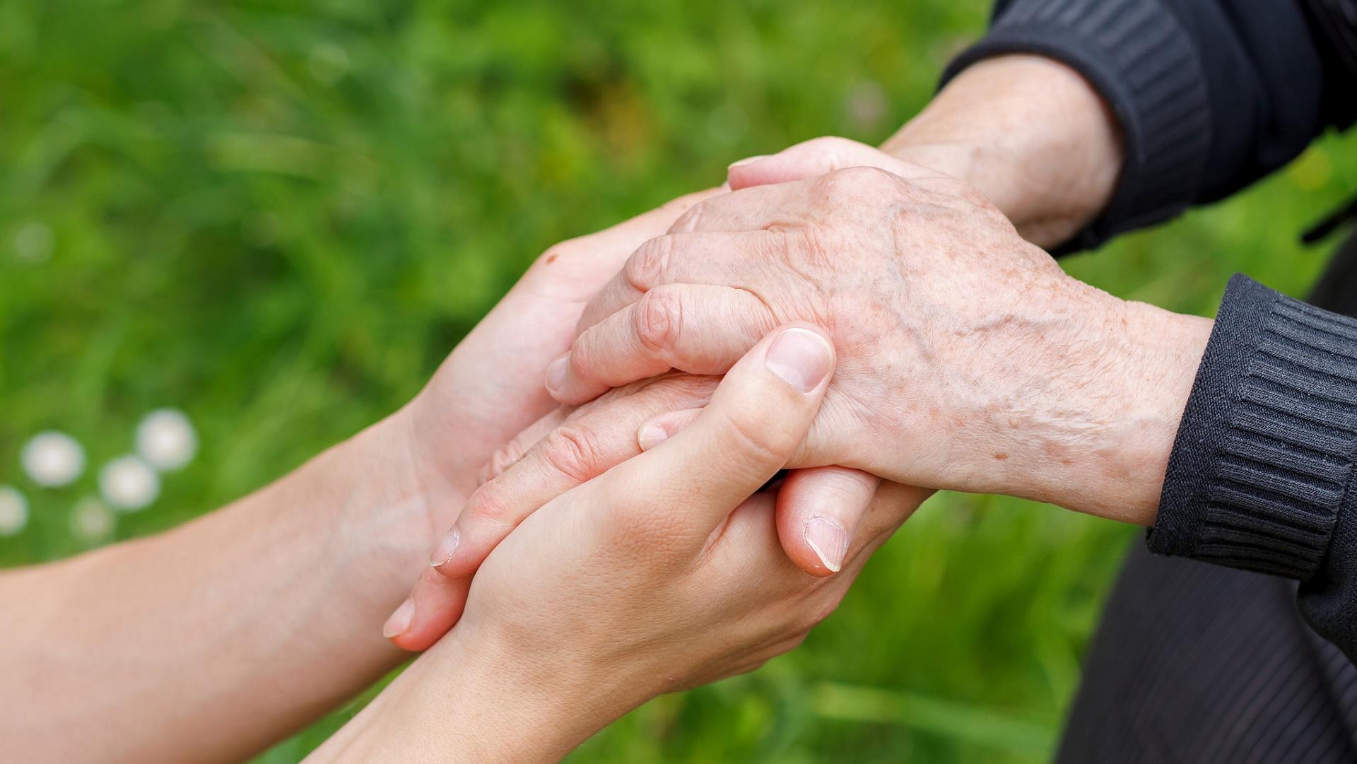 Un código QR en las uñas para paliar los efectos de la demencia senil