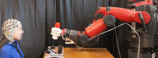 Logran que un robot auto-corrija sus errores al detectarlos un humano