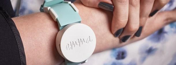 Emma Watch, la pulsera que permite volver a escribir a personas con párkinson