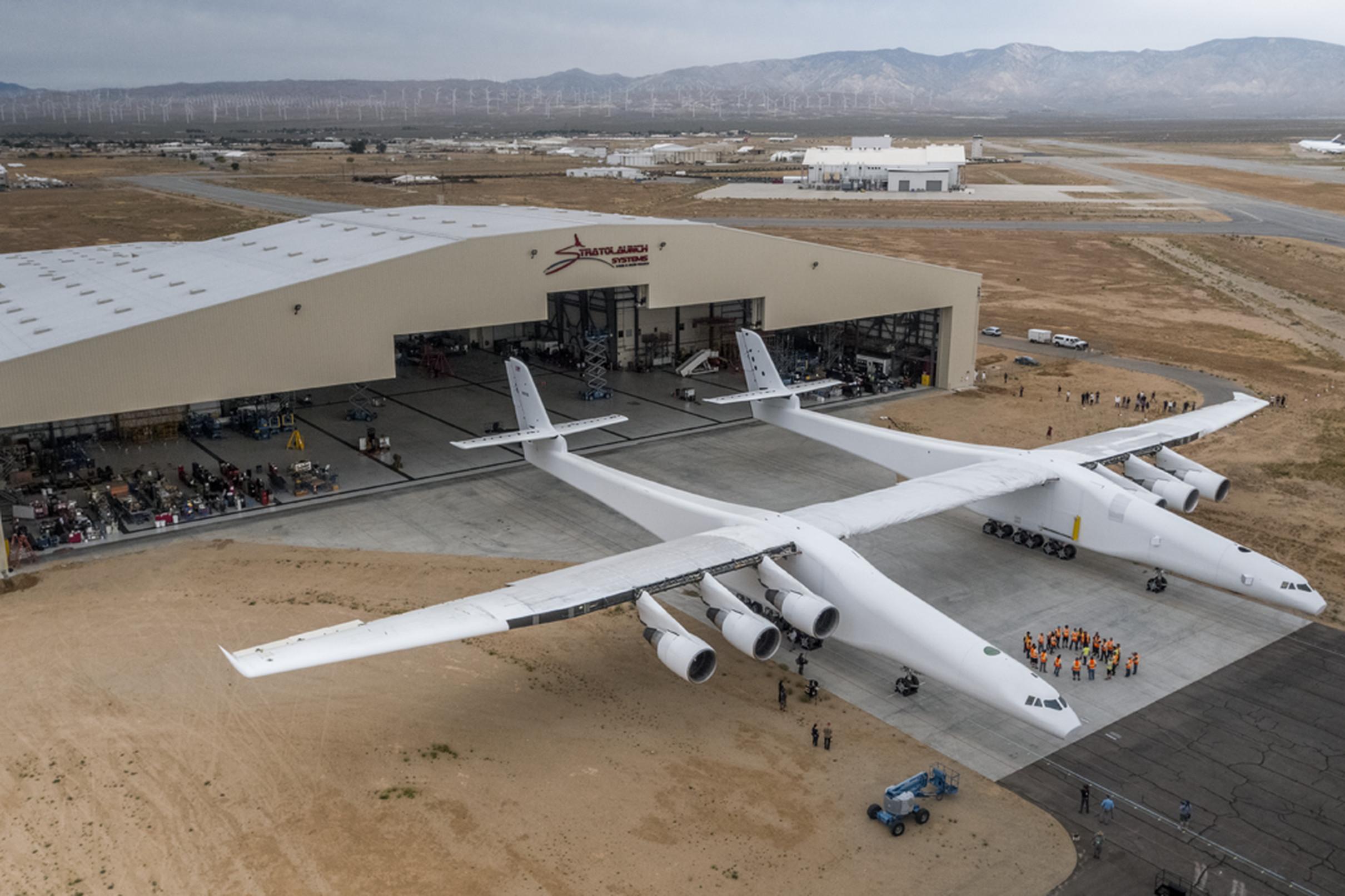El cofundador de Microsoft sorprende con avión gigante para transportar cohetes