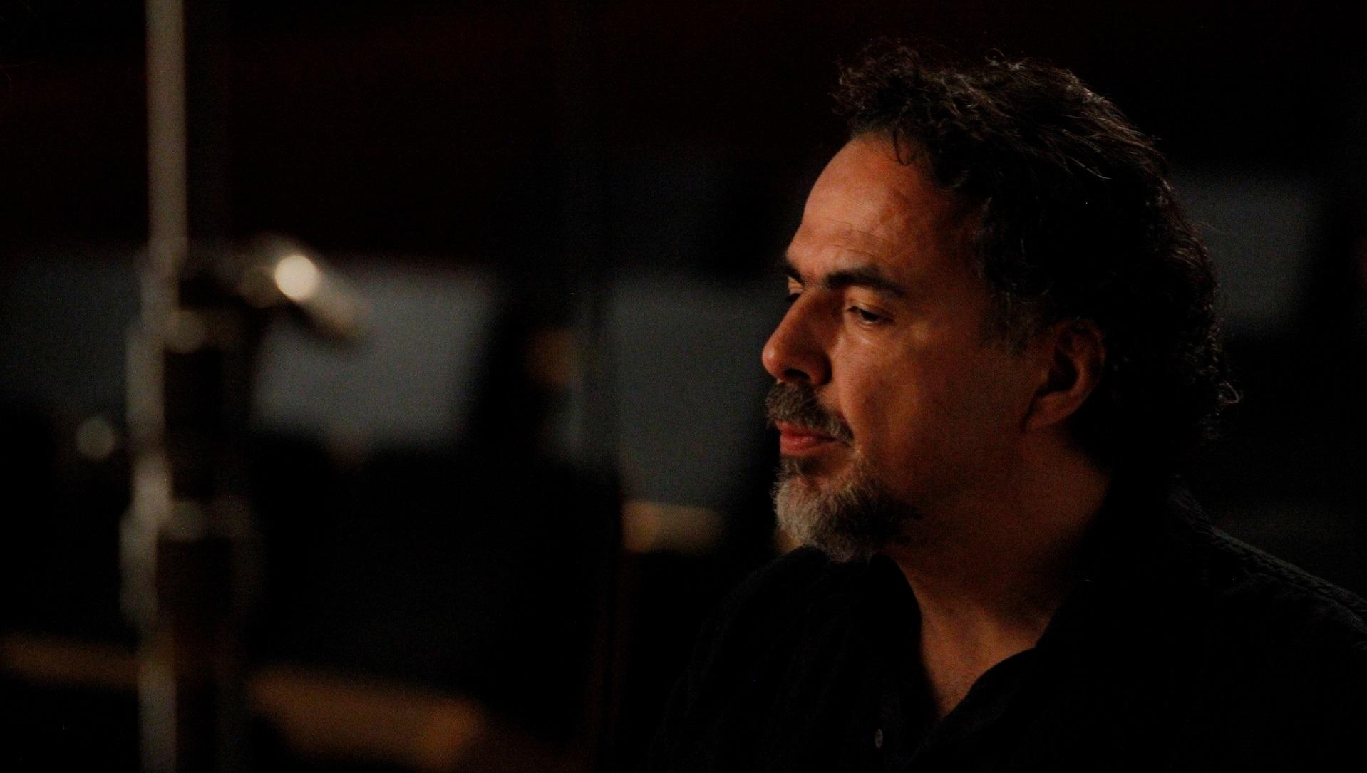 El cineasta González Iñárritu acepta el primer Oscar de realidad virtual