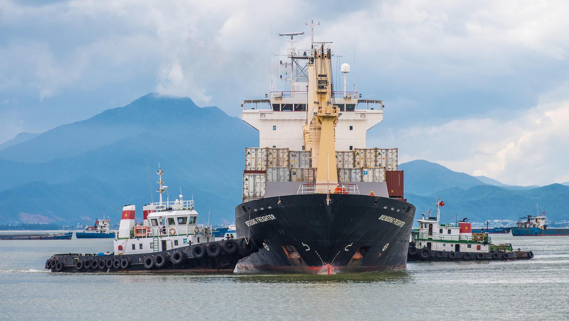 China bota el primer buque de carga eléctrico