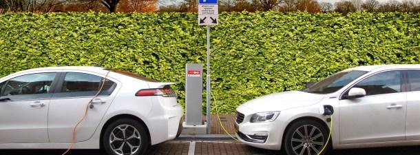 Esta lona con paneles solares permite recargar un coche eléctrico