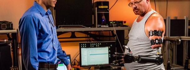 Este hombre vivirá un año con un brazo artificial controlado por su cerebro