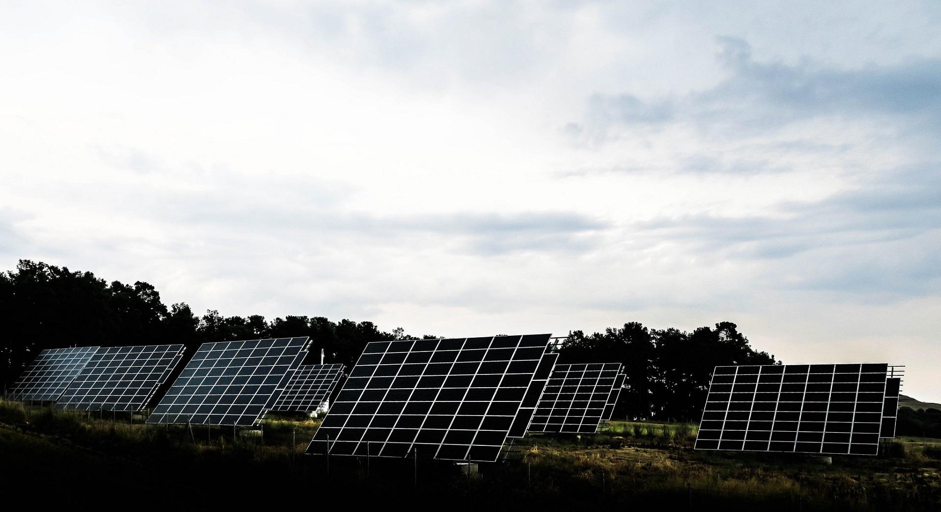 Paneles solares que recogen agua de las gotas de lluvia