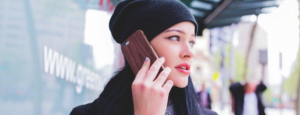 chica habla por el teléfono móvil