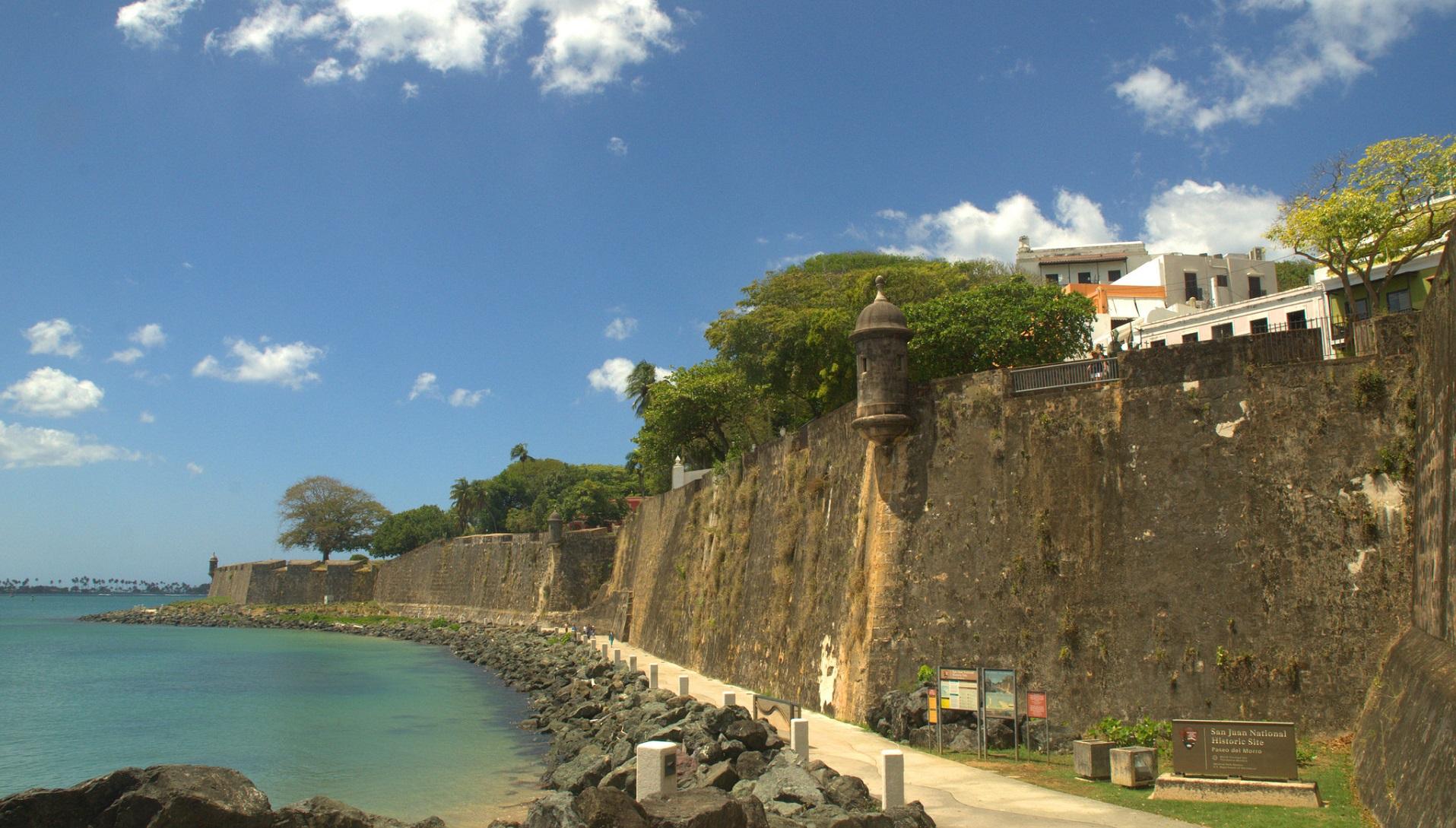 Puerto Rico se plantea funcionar solo con energía renovable tras el huracán
