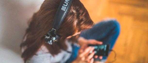 sonido 8D musica auriculares chica telefono cascos