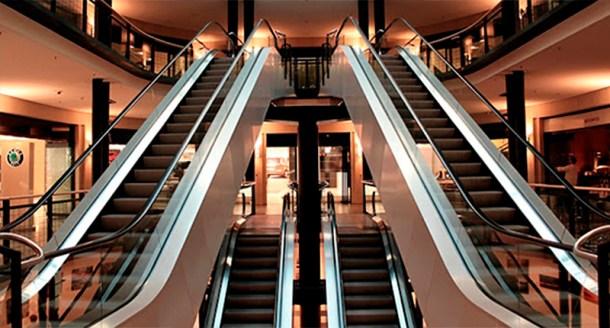 foto escaleras compras black friday centro comercial