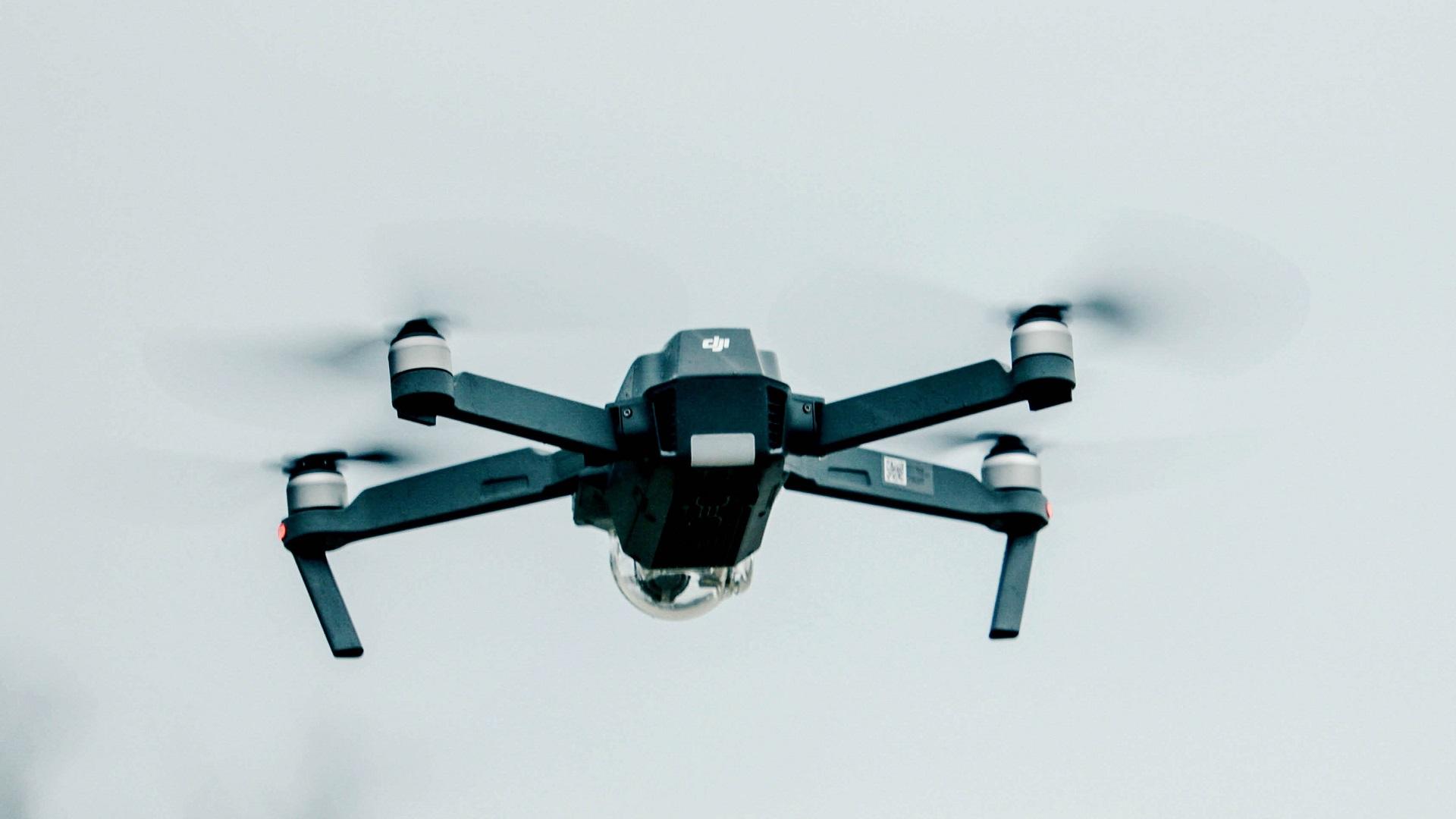 Este dron cambia su forma para sortear obstáculos