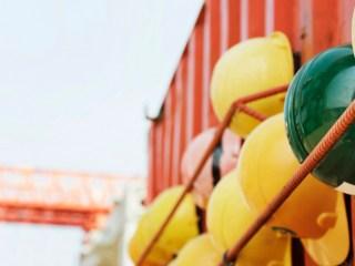 Cuarta Revolución Industrial cascos industria obreros puerto