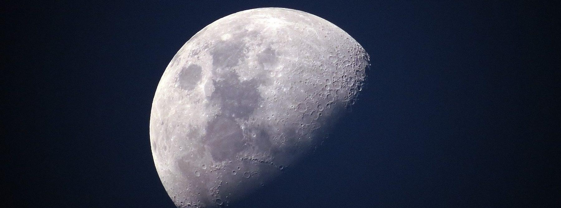 Una estación espacial orbitando la Luna