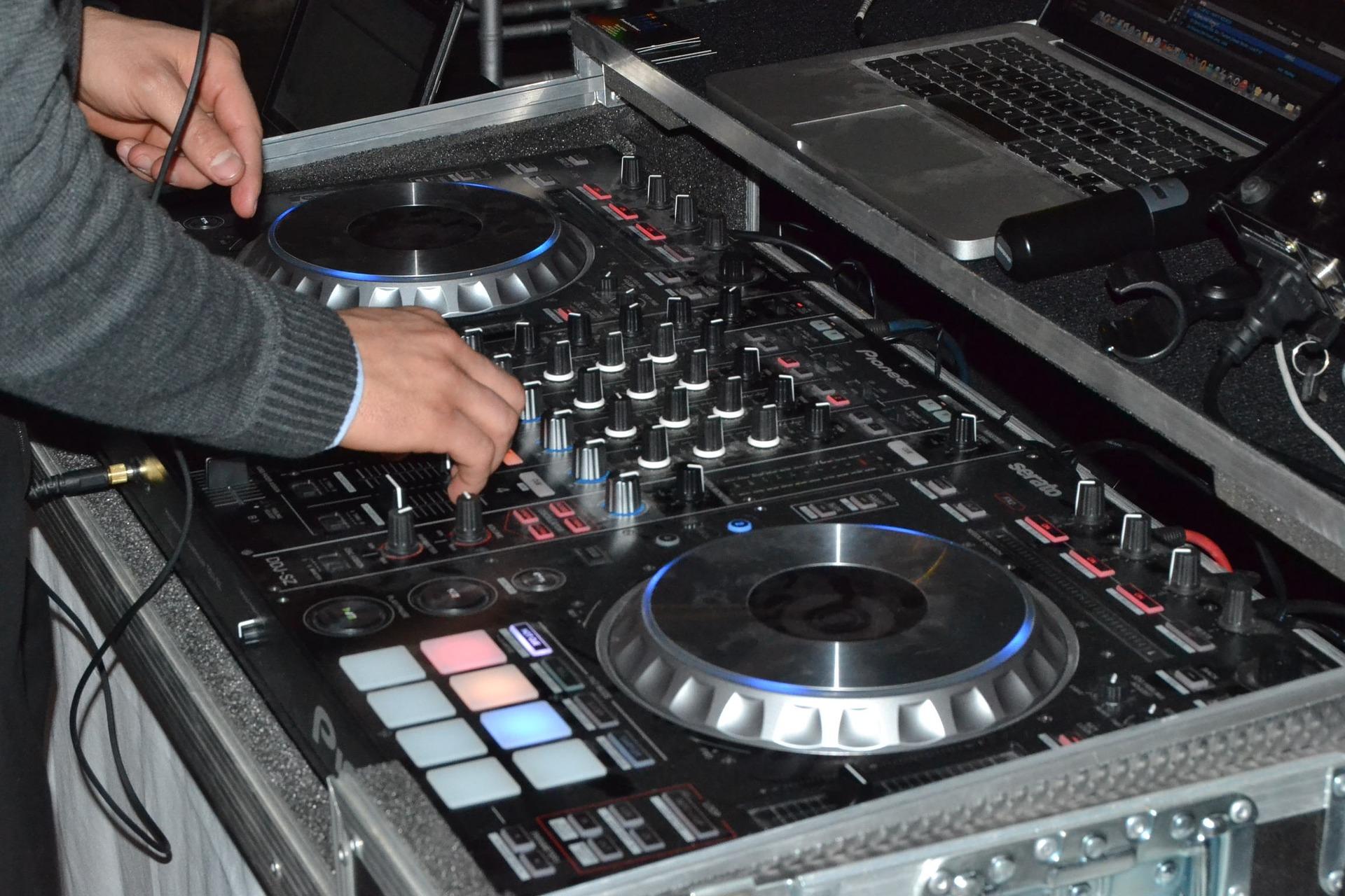 Tú también puedes mezclar música como hace un buen DJ