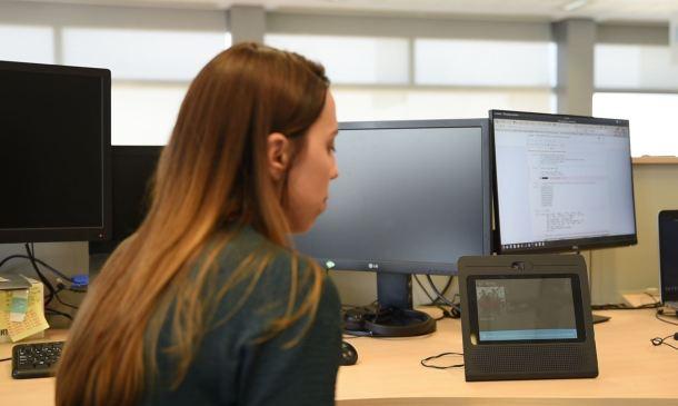 Pie de foto: Isabel Menéndez haciendo pruebas con Movistar Home